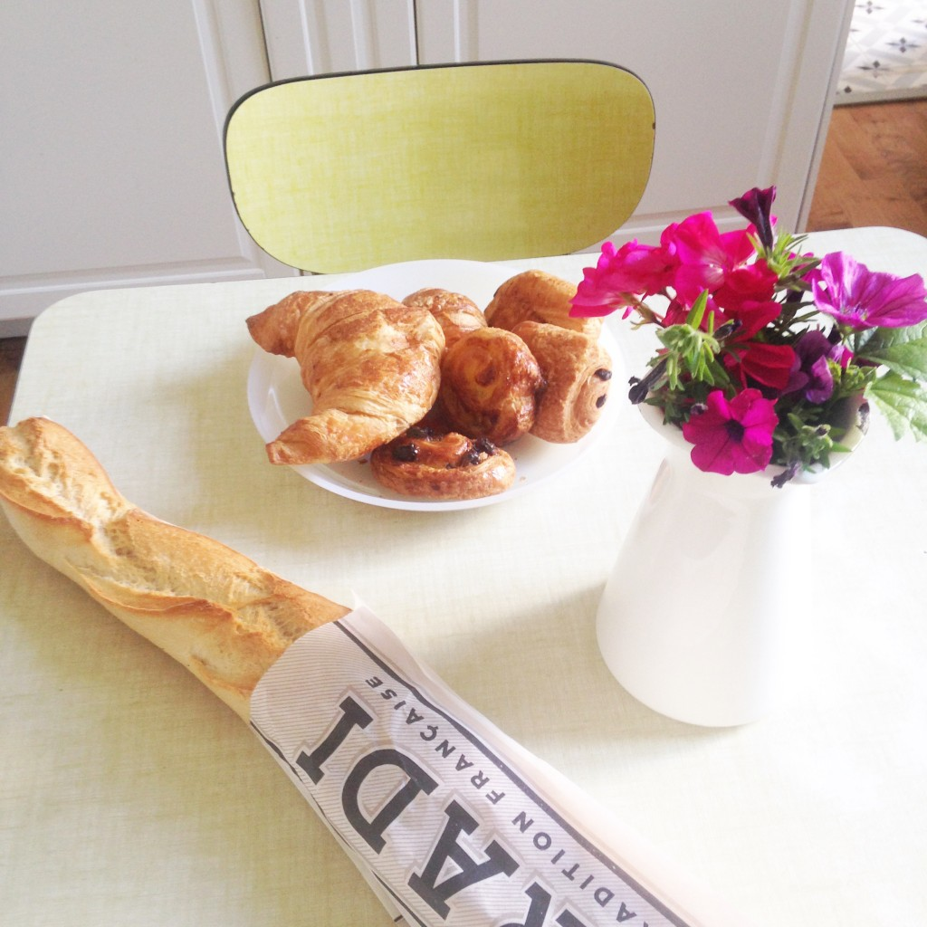 petit dejeuner anniversaire boulangerie viennoiseries chaise formica jaune