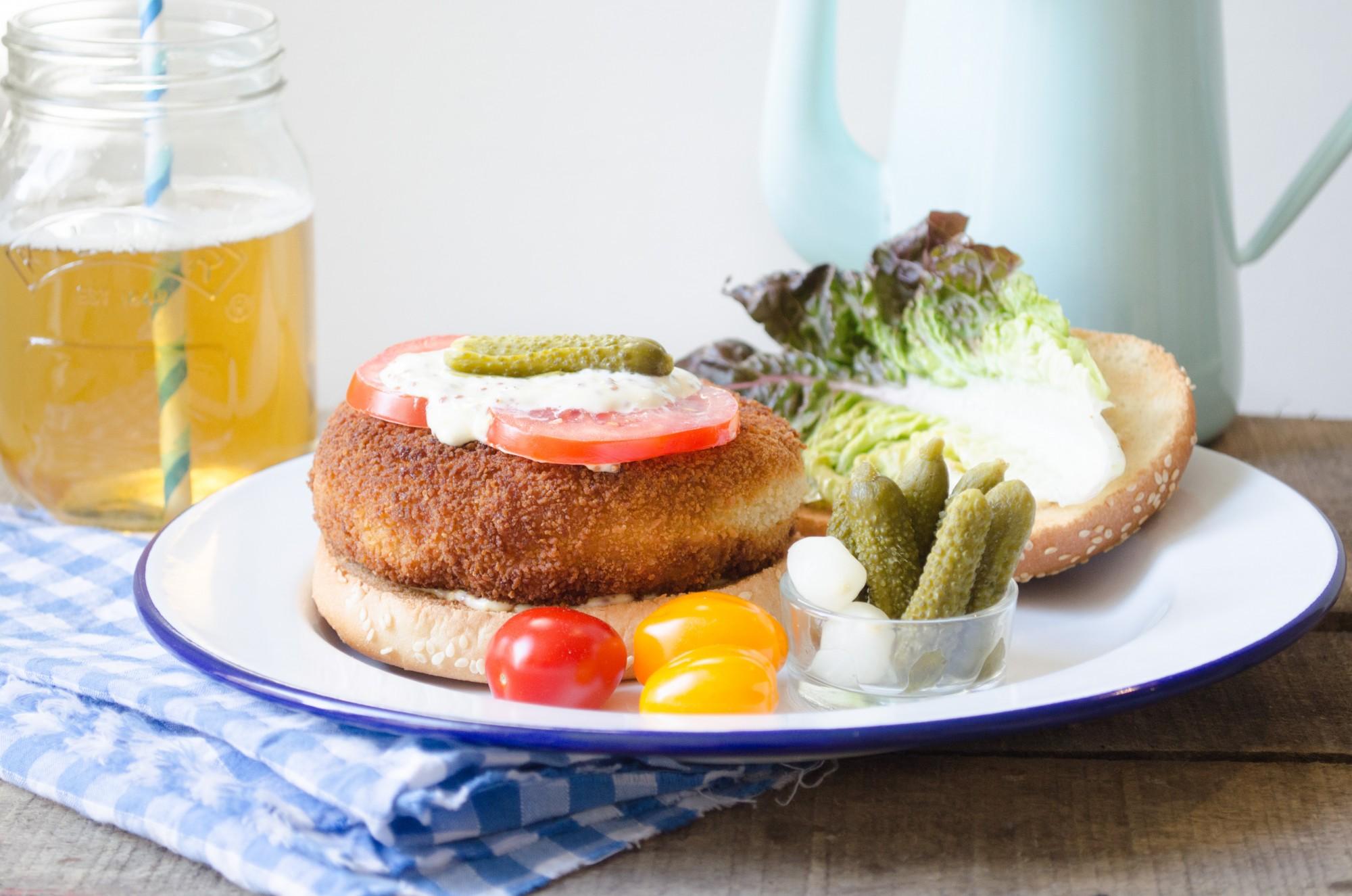 burger vegetarien steak de pommes de terre pané fourré à la raclette sauce moutarde à l'ancienne Falcon Enamelware