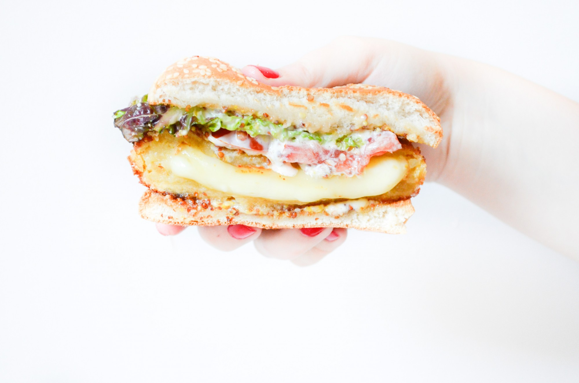 burger vegetarien steak de pomme de terre fourré au fromage à raclette sauce moutarde à l'ancienne