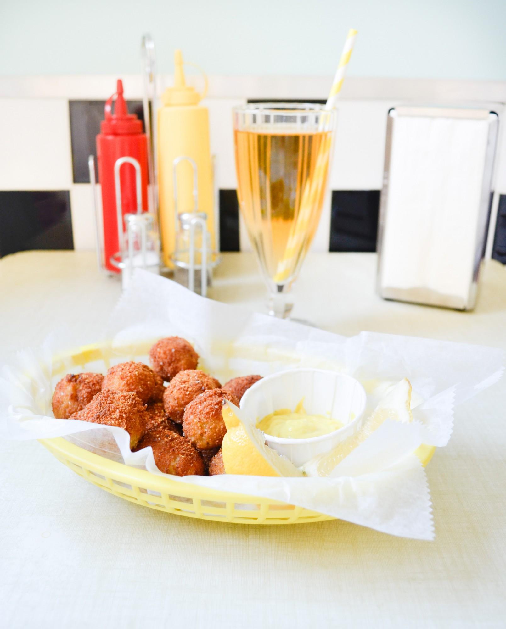 lentil potato fritters beignet lentille pomme de terre chapelure sauce curry diner americain