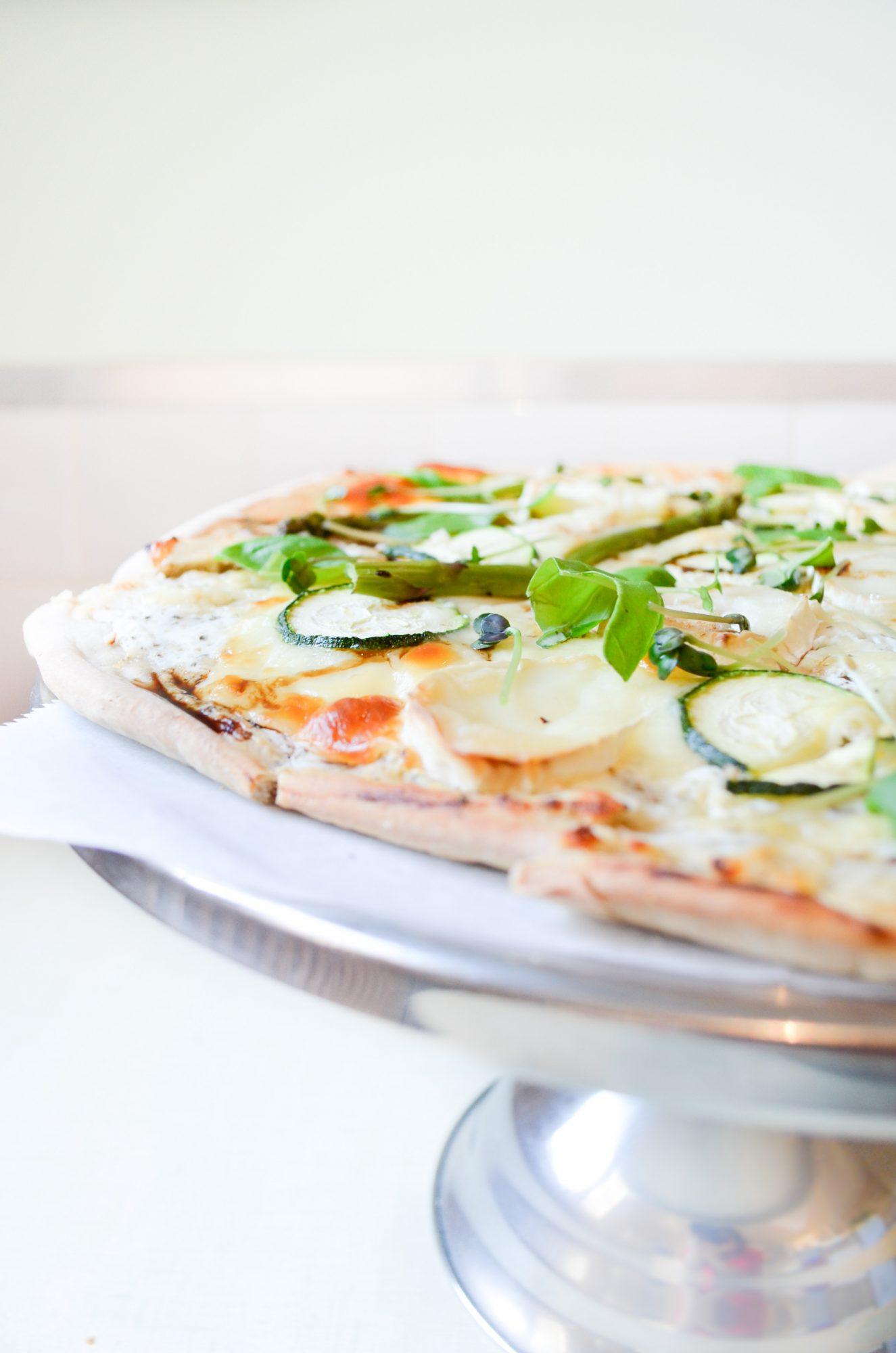 pizza sarrasin ricotta chevre courgette asperge basilic origan radis noir mozzarella