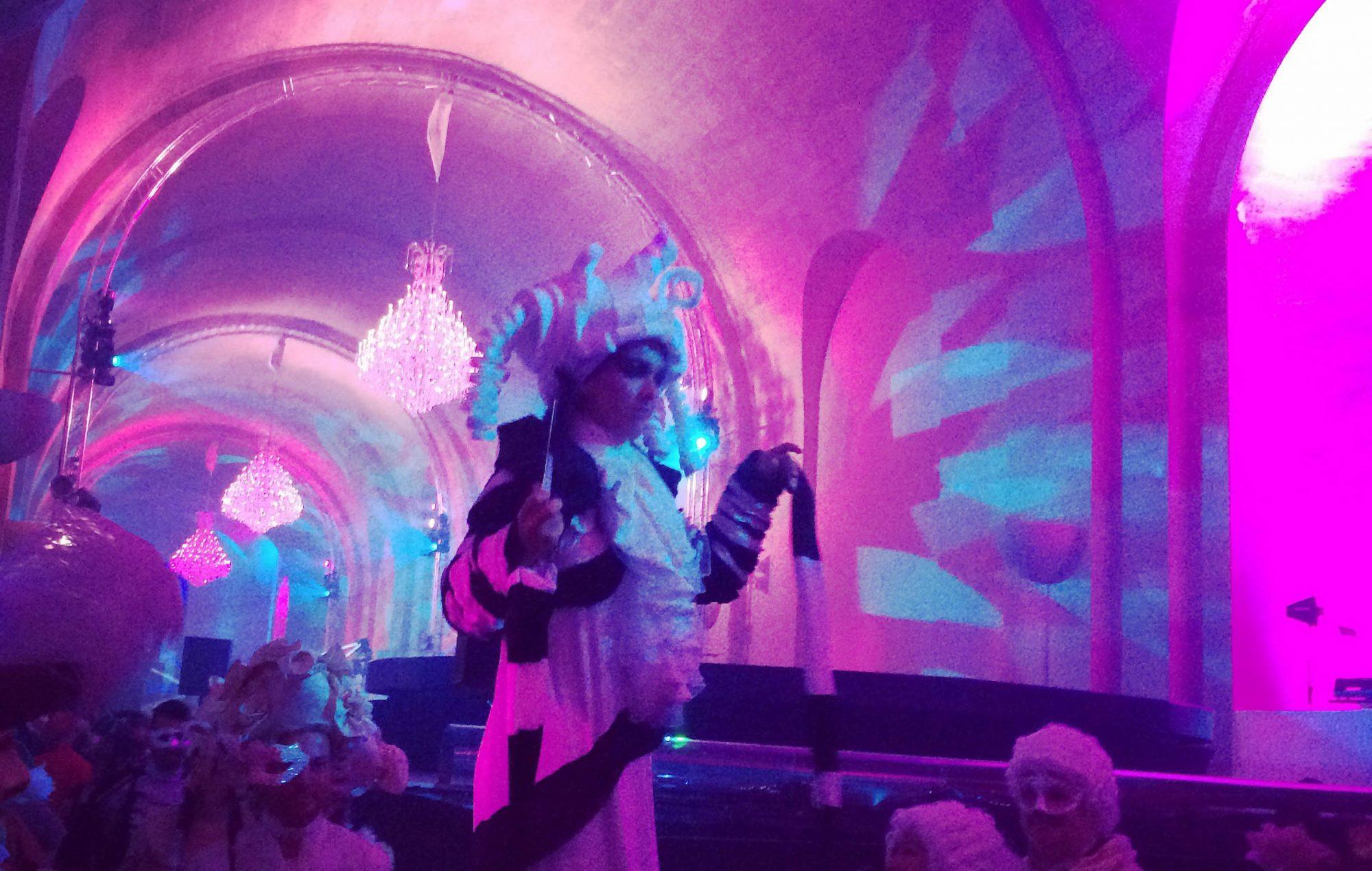 grand bal masque de versailles kamel ouali 2016 orangerie costume perruque papier Asya Kozina echasses