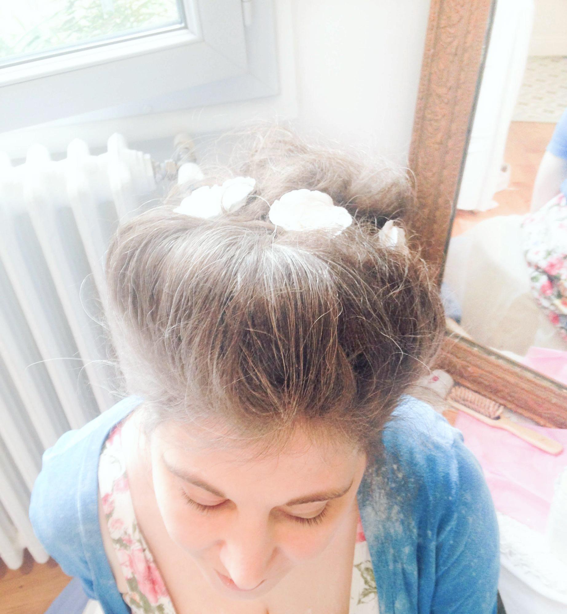 coiffure baroque blanchir les cheveux maizena bal de versailles fleurs en papier