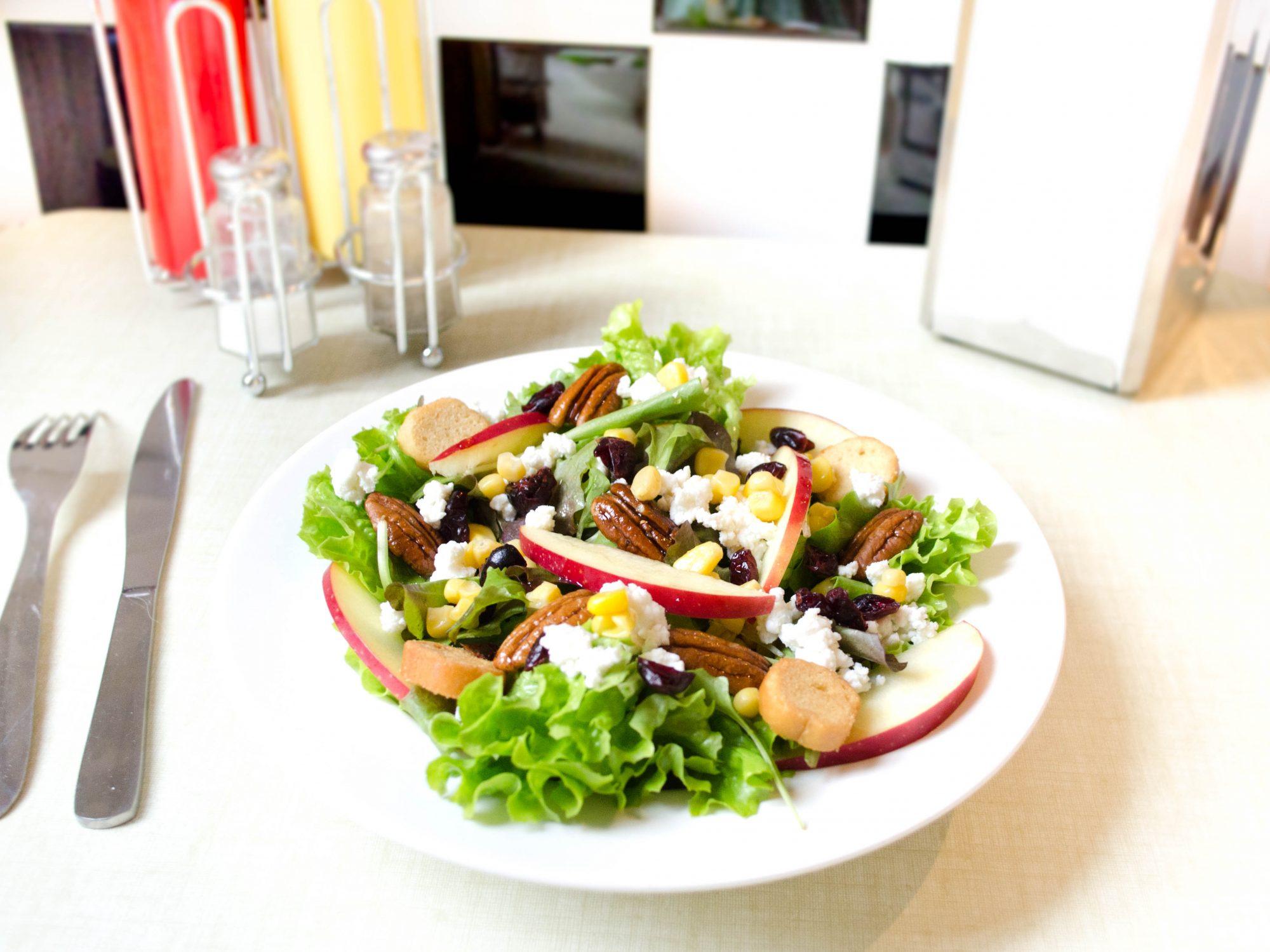 salade-automne-vinaigre-de-cidre-sirop-erable-cranberries-pecan-pomme-crouton-mesclun-batavia-chevre-frais-mais thanksgiving salad